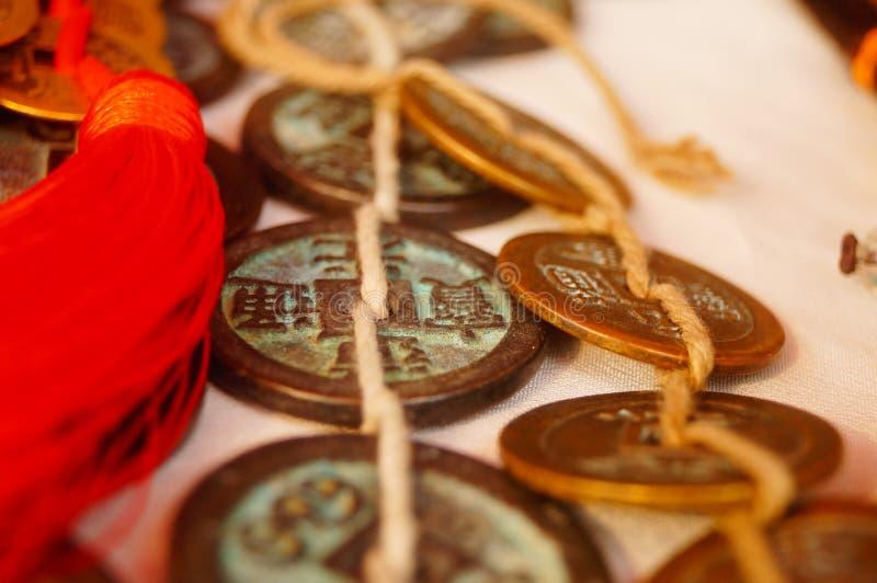 Forntida mynt, Yuan Bao och silverarmband som visas i antikvitet, shoppar royaltyfria foton