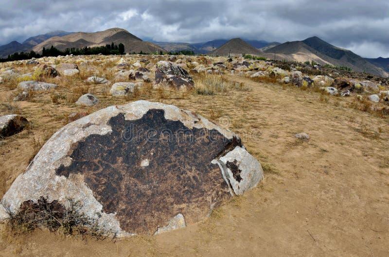 Forntida neolitiska hällristningar som visar jakt, Cholpon Ata, Issyk-Kul sjökust, Kirgizistan, centrala Asien, unesco-arv fotografering för bildbyråer