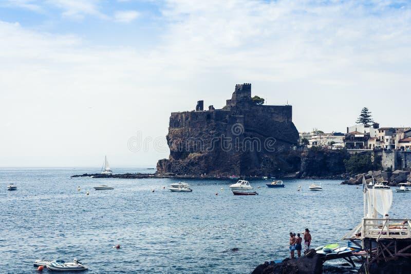 """Forntida norman slott för Acicastello †""""i Acitrezza, Catania, Sicilien, Italien royaltyfri fotografi"""