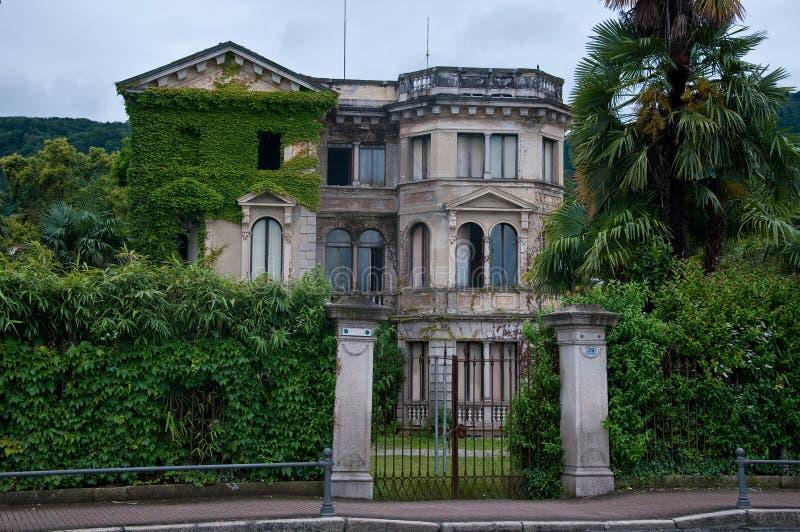 Forntida och härlig århundradevilla för th 19 i lokaliserad obruklighet arkivfoto