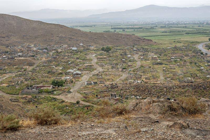 Forntida och modern kyrkogård av den Khor Virap kloster på en rai royaltyfria foton