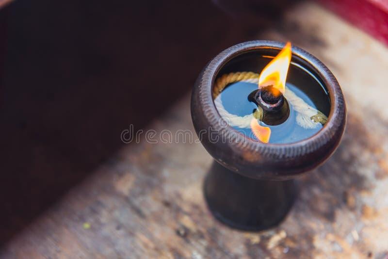 Forntida olje- lampa i thailändsk tempel arkivfoton