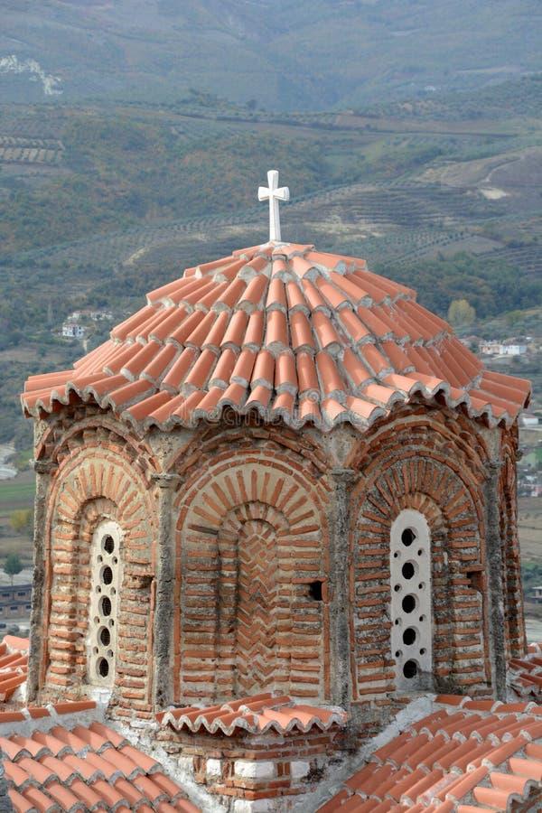 Forntida ortodox kyrka med röda tegelplattor i Berat arkivbilder