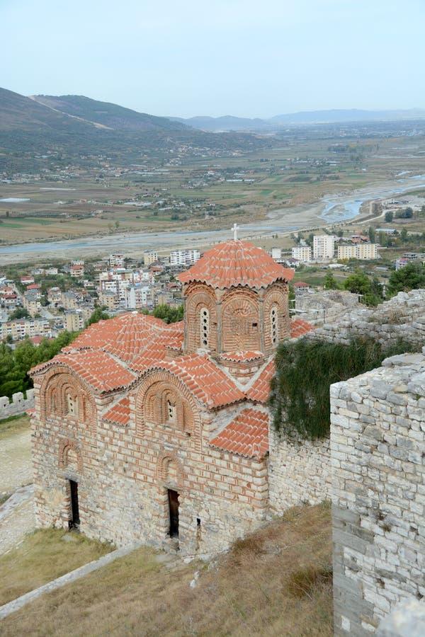 Forntida ortodox kyrka med röda tegelplattor i Berat arkivbild