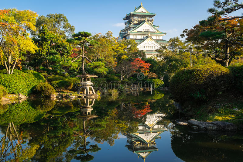 Forntida Osaka Castle i Japan royaltyfri bild