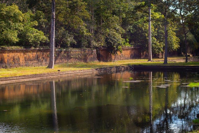 Forntida pöl av vatten & väggen i Angkor Thom, Cambodja arkivbilder