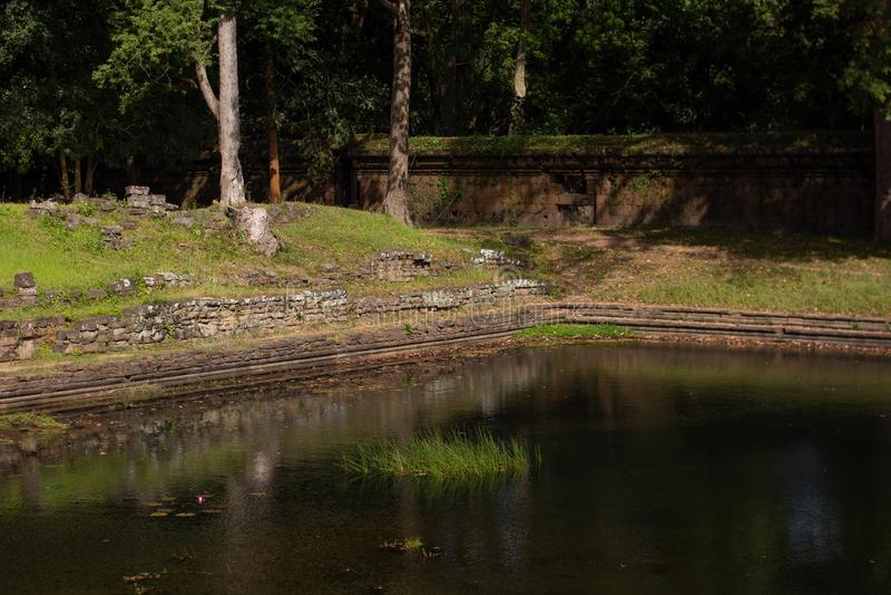 Forntida p?l av vatten & v?ggen i Angkor Thom, Cambodja royaltyfri bild