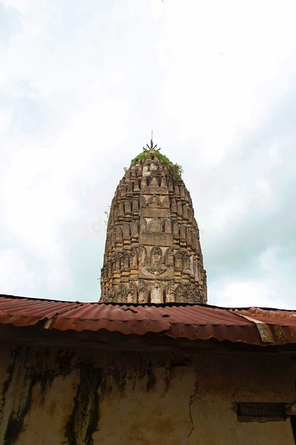 Forntida pagod bak zinktaket i thailändsk buddistisk tempel arkivbild