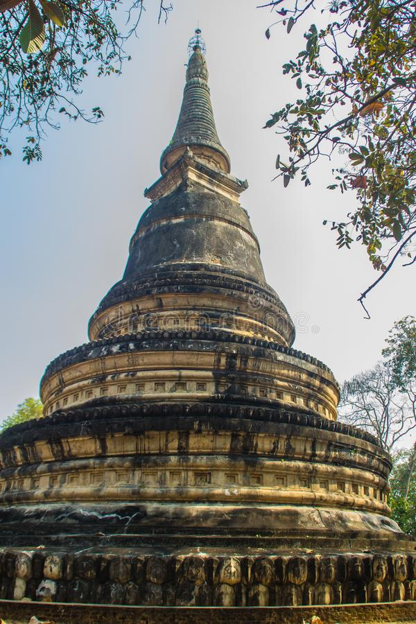 Forntida pagod på Wat Umong Suan Puthatham, en årig buddistisk tempel 700 i Chiang Mai, Thailand Wat Umong är berömd buddist t royaltyfri foto