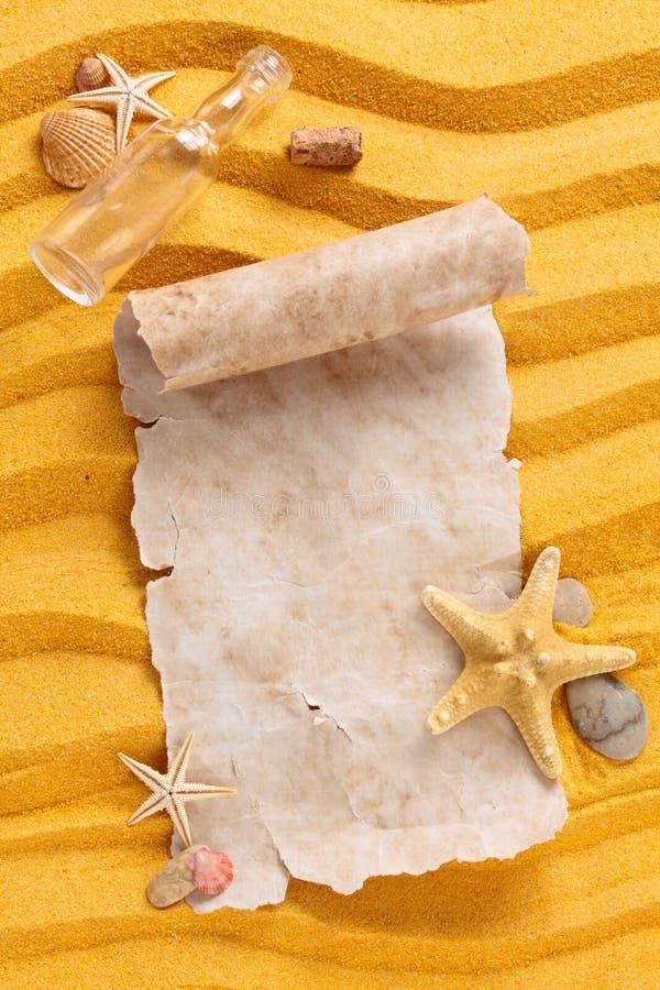 Forntida papper på sand royaltyfria foton