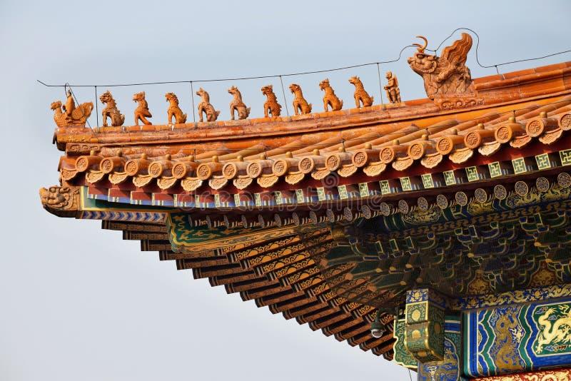 Forntida paviljonger och deras dekorativa tak i Forbidden City, Peking, Kina royaltyfri fotografi