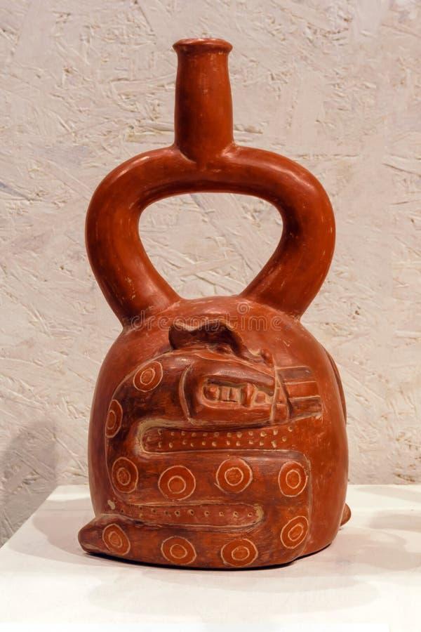 Forntida peruansk keramisk skyttel med en orm, Cupisnique kultur arkivfoton