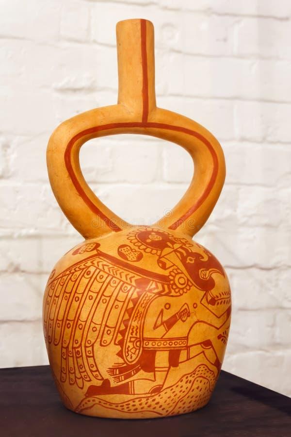 Forntida peruansk keramisk skyttel som visar anthropomorphic fåglar eller birdlike män fotografering för bildbyråer