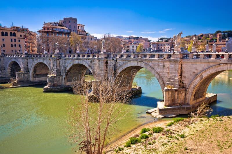 Forntida Ponte Sant Angelo stenar bron på den Tiber floden av Rome arkivfoto