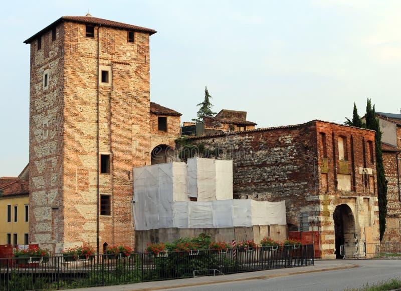 Forntida port och väggar av den medeltida staden av Vicenza i Italien arkivfoto