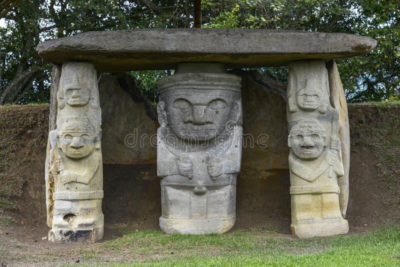 Forntida pre-columbian statyer i San Agustin, Colombia arkivbild