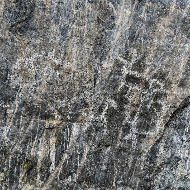 Forntida primitiva hällristningar på den svarta stenen arkivbild