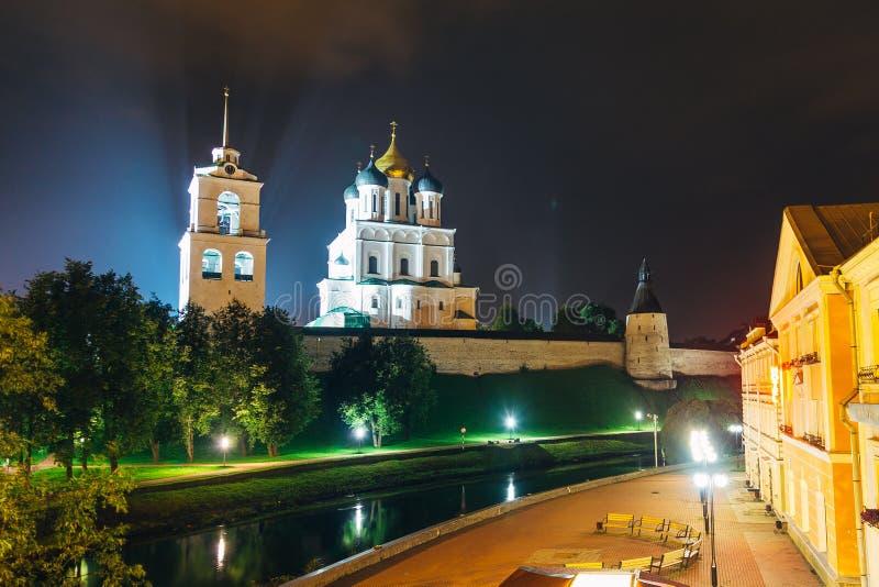 Forntida Pskov Kreml på flodbanken, Treenighetkyrka, nattetid royaltyfri bild