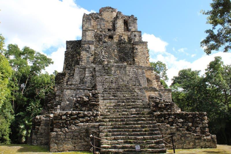 Forntida pyramid på en Mayan förstörd stad i Quintana Roo, Mexico arkivbilder