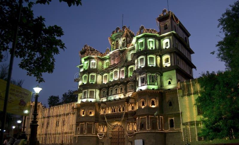 Forntida Rajwada av Indore i natt tänder - sidosikt arkivbilder