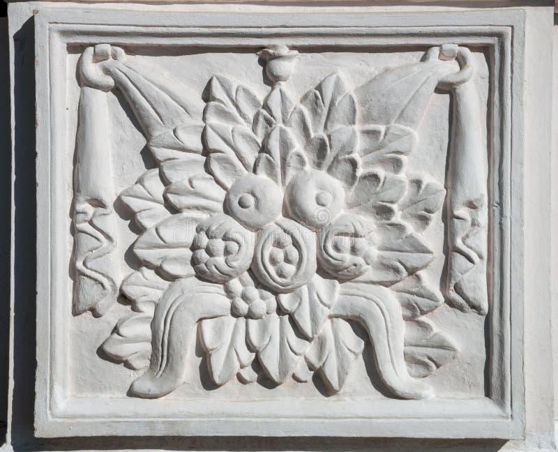 Forntida rektangulär basrelief med den blom- prydnaden arkivbild