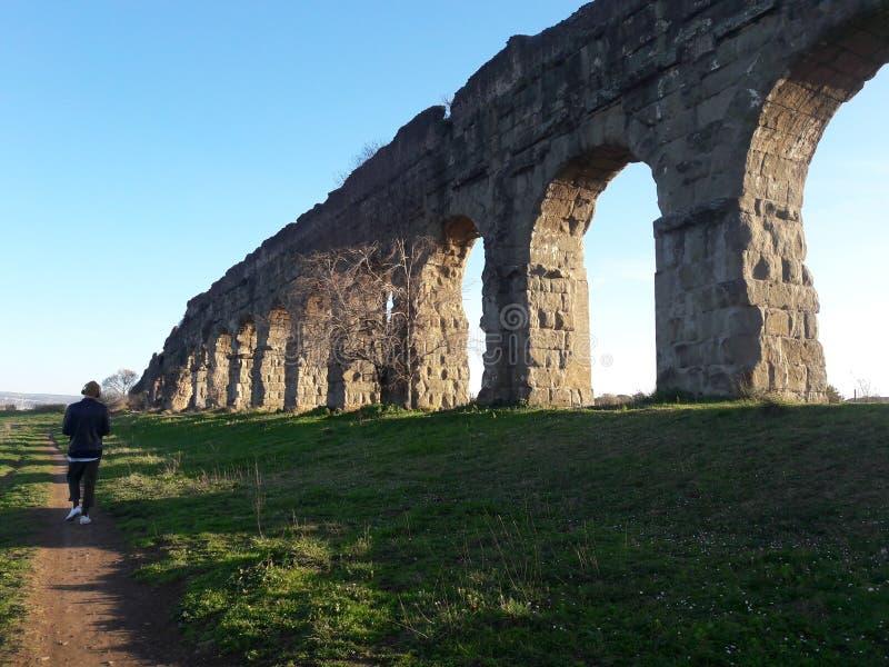 Forntida roman akvedukter royaltyfri bild
