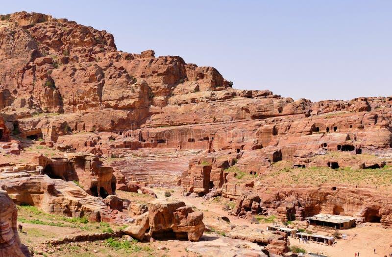 Forntida Roman Amphitheatre och byggnadsstrukturer på Rocky Mountains i Petra, Jordanien arkivbilder