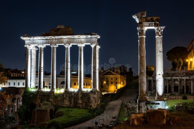 Forntida roman tempel på natten royaltyfri foto