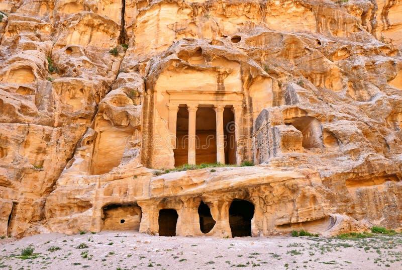 Forntida Roman Triclinium i liten Petra, Jordanien arkivfoton