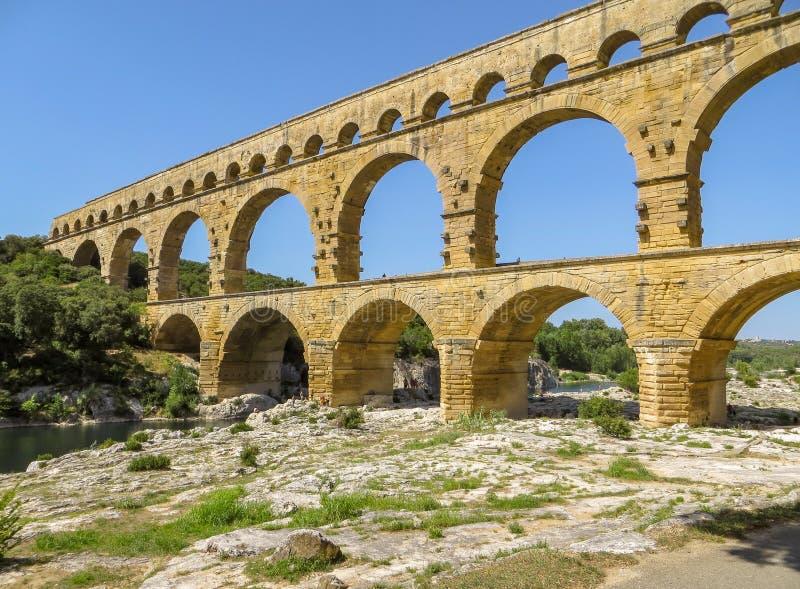 Forntida romersk akvedukt Pont du Gard i sydliga Frankrike royaltyfri foto