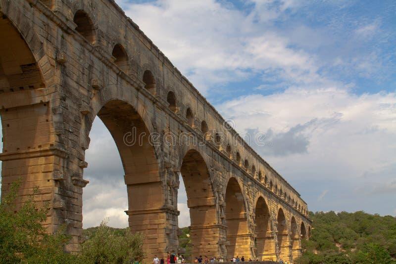 Forntida romersk bro i franskt royaltyfri fotografi