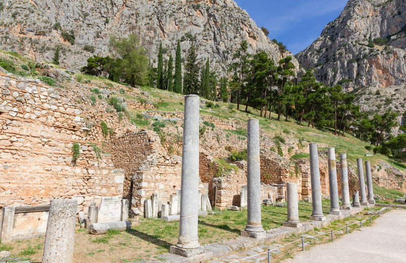 Forntida romersk foracolonnade, Delphi, Grekland royaltyfri foto