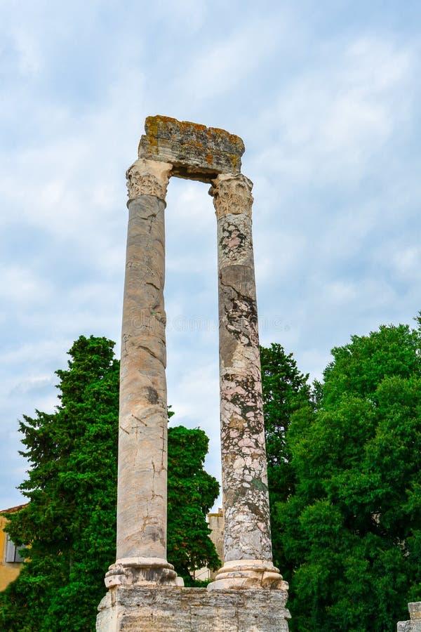 Forntida romersk portik av två kolonner i Arles, Frankrike royaltyfri fotografi