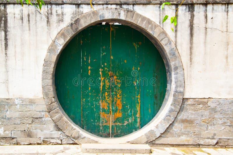 Forntida rund dörröppning arkivfoton