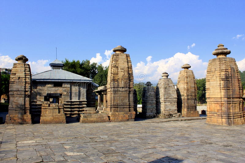 Forntida Shiva Temple - den Baijnath templet royaltyfri foto
