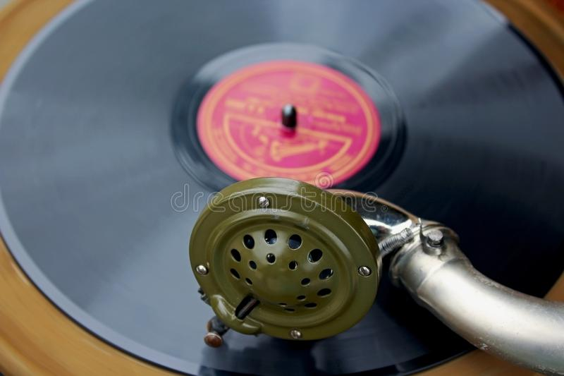 Forntida skivspelare för tappningstilvinyl royaltyfria foton
