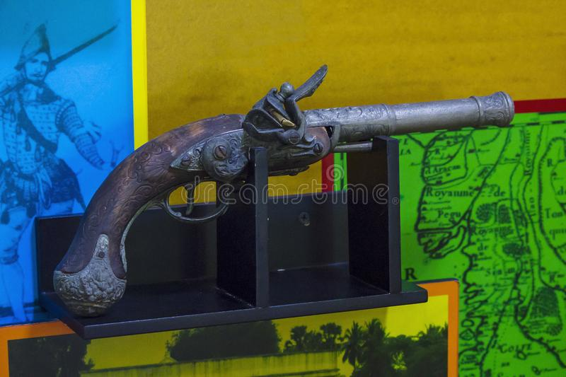 Forntida skjutvapen är på träplattformar royaltyfri fotografi