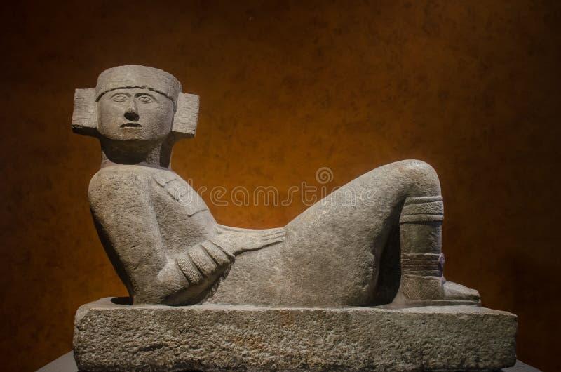 Forntida skulptur av en Chac Mool arkivfoton