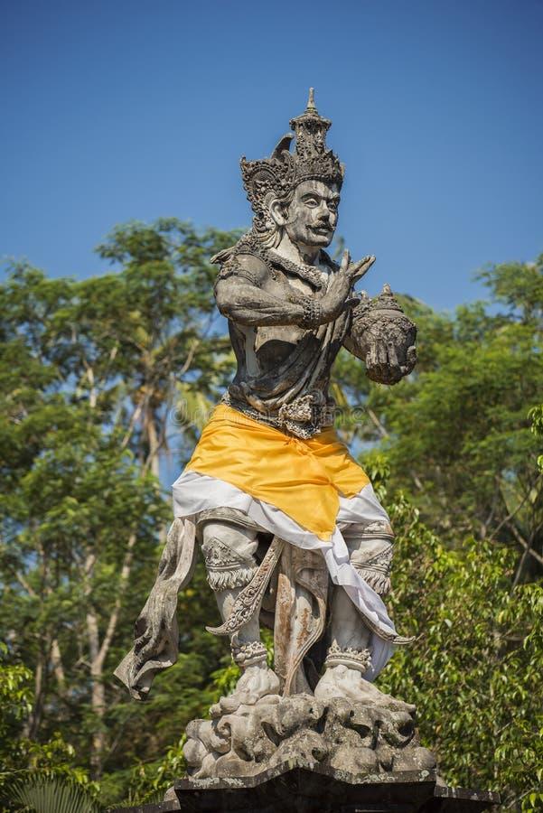 Forntida skulptur i den Tirta Empul templet Bali, Indonesien arkivbilder