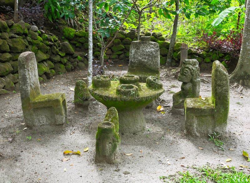 Forntida skulpturer från Ambarita, norr Sumatra, Indonesien royaltyfria bilder