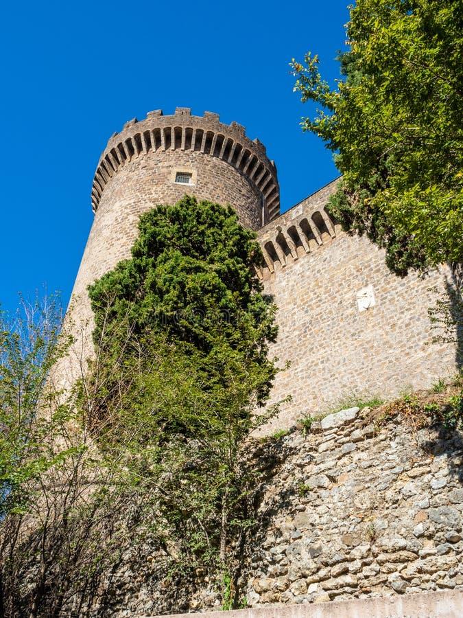 Forntida slott med torn av Rocca Pia i mitten av Tivoli, Italien royaltyfria foton