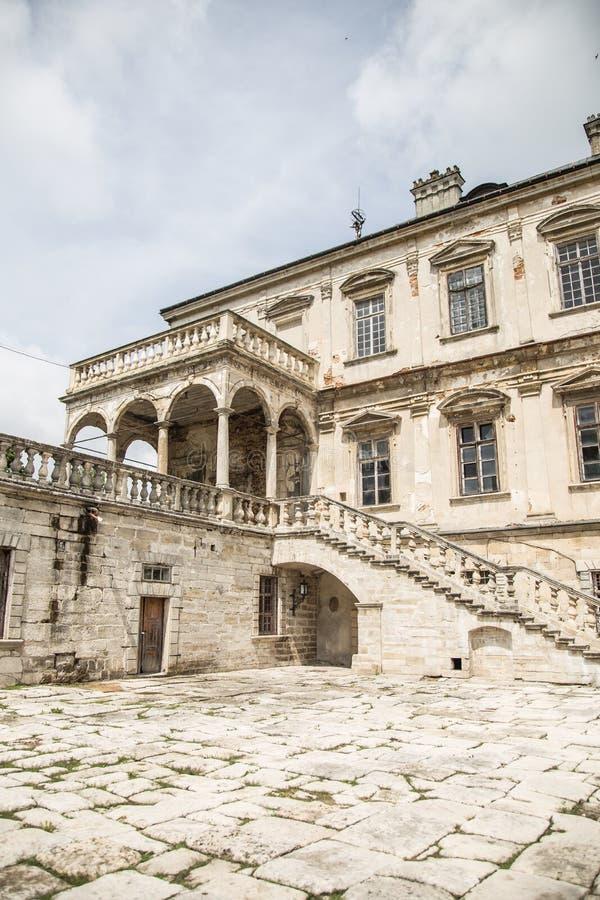 Forntida slott och borggård framme arkivfoto