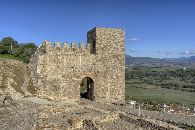 Forntida slottalmohades av Andalusia, alczaba av Jimena de la Frontera i det Cadiz landskapet arkivbilder