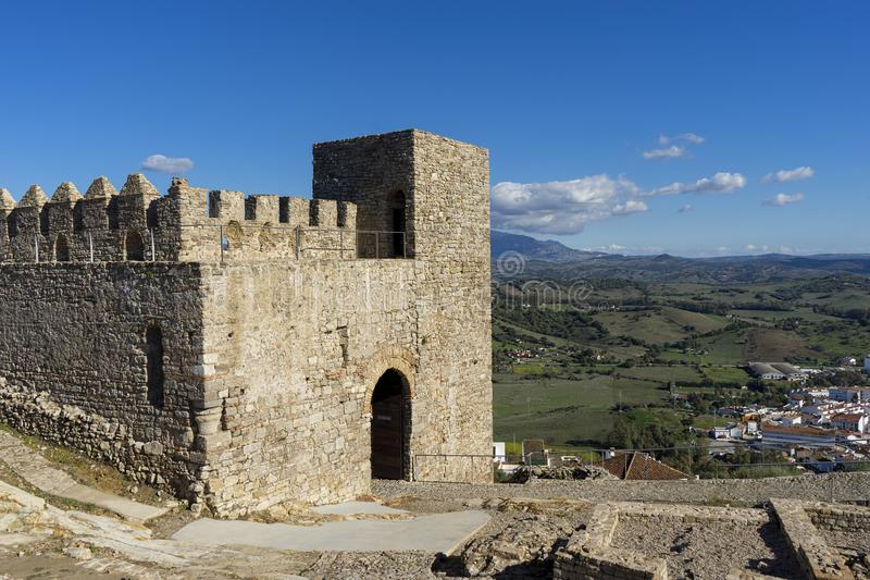 Forntida slottalmohades av Andalusia, alczaba av Jimena de la Frontera i det Cadiz landskapet royaltyfri fotografi