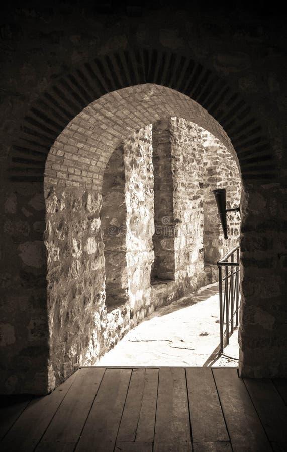 Forntida slottingång Förstörd tegelstenfortfängelsehåla royaltyfria foton