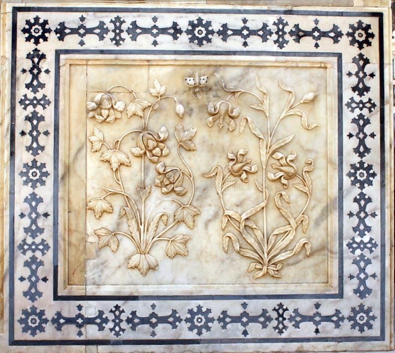 Forntida sniden blomma på marmor i Amber Fort, Jaipur, Rajasthan royaltyfri bild