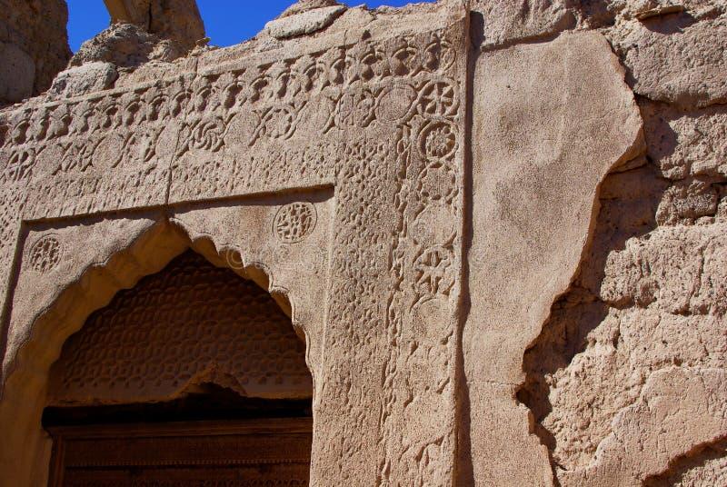 Forntida sniden omansk dörröppning royaltyfria bilder