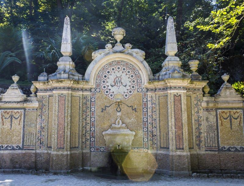 Forntida springbrunn i trädgården av Quinta da Regaleira arkivfoto