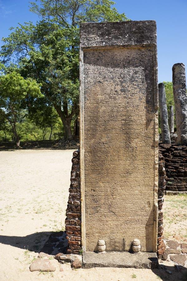 forntida sri för slab för inskriftlankapolonnaruwa arkivbild