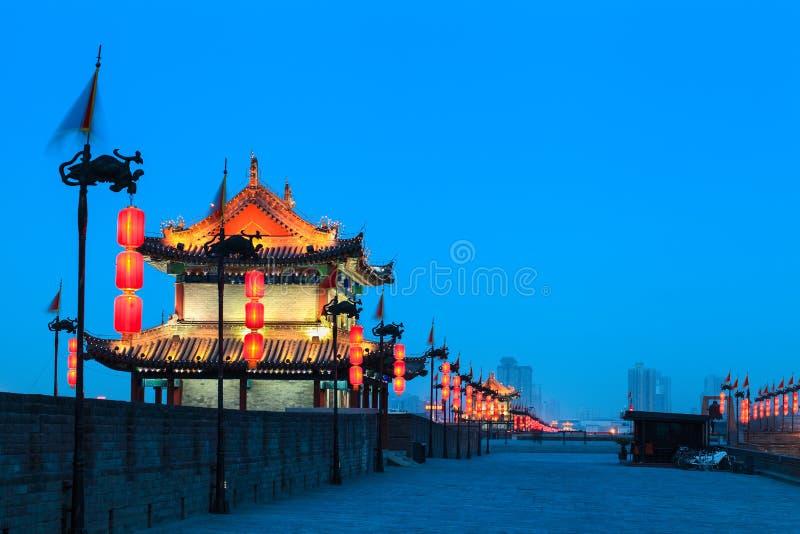 Xian stadsvägg på natten fotografering för bildbyråer
